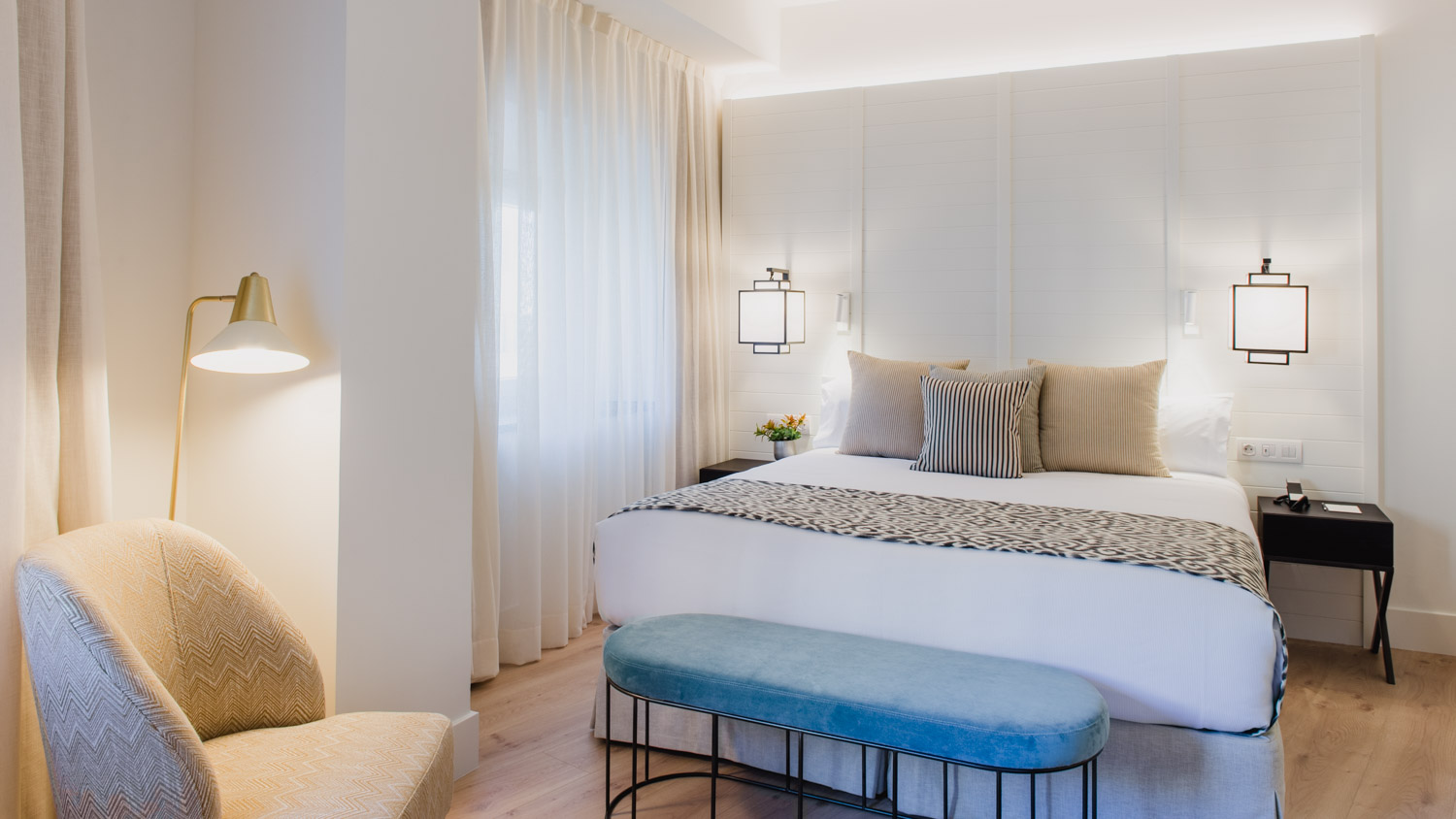 Discover our five exclusive junior suite, most with views over Malaga cathedral or the port, some with a balcony, and all of them with a lounge where you can work or relax during your time at our hotel.